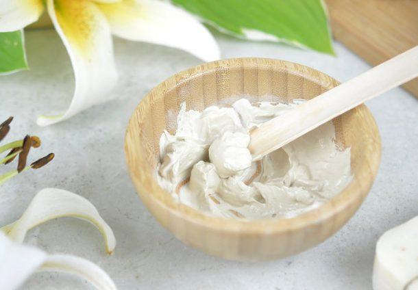 biała glinka w pielęgnacji skóry i włosów